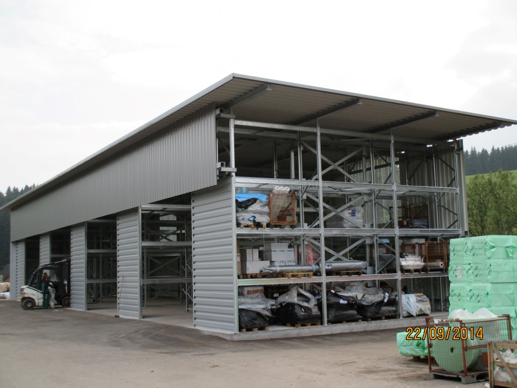 Pallet racking for outdoor storage with roof and cladding