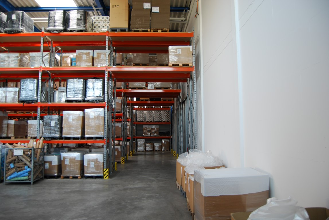 Pallet racking with alleys