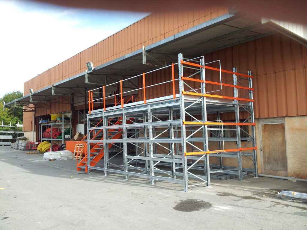 Galvanised pallet racking platform for outdoors