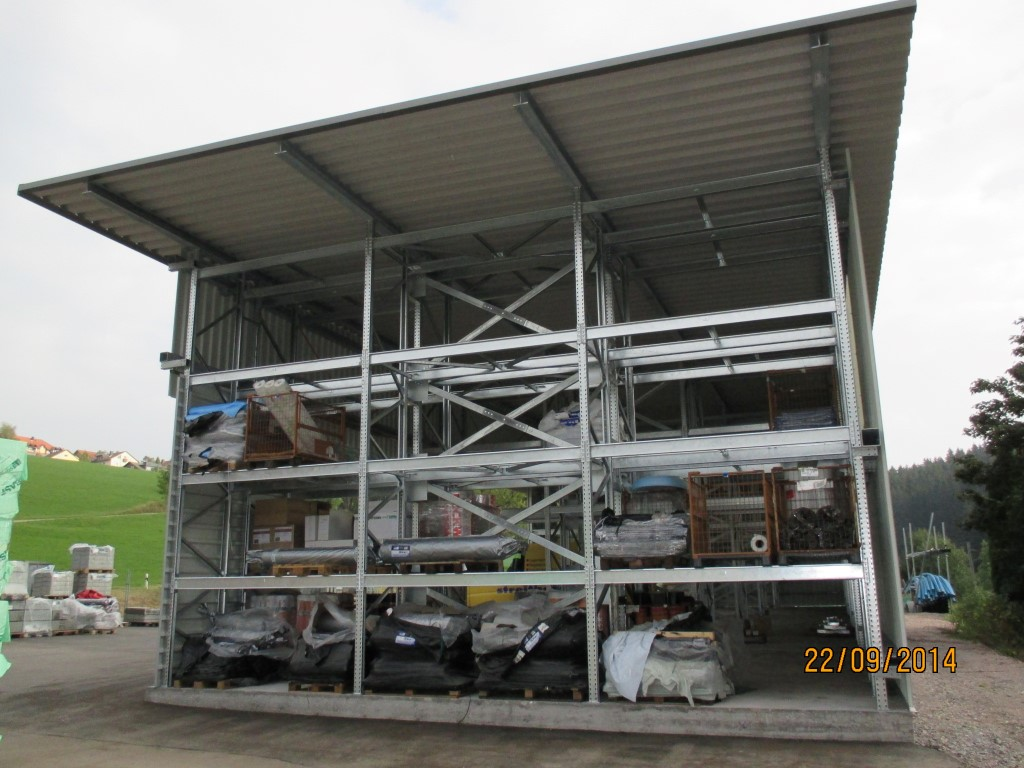 Pallet racking for craftsmen outdoors