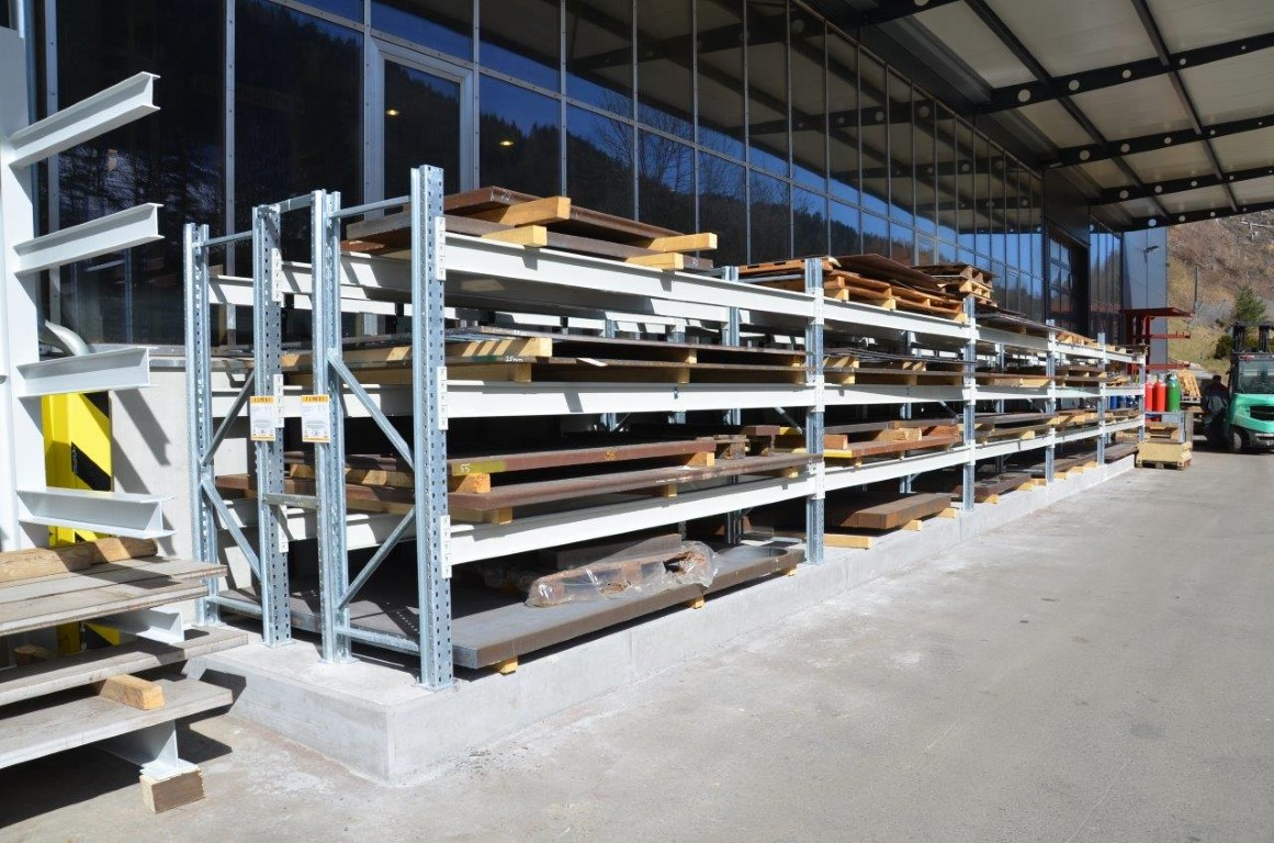 Pallet racking for the steel trade outdoors
