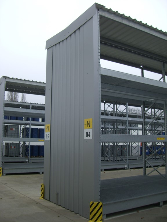 Heavy-duty pallet racking with roof and cladding