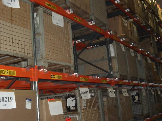 Pallet racking for storing mesh boxes