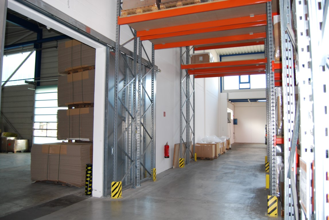 Forklift passageways with pallet racking