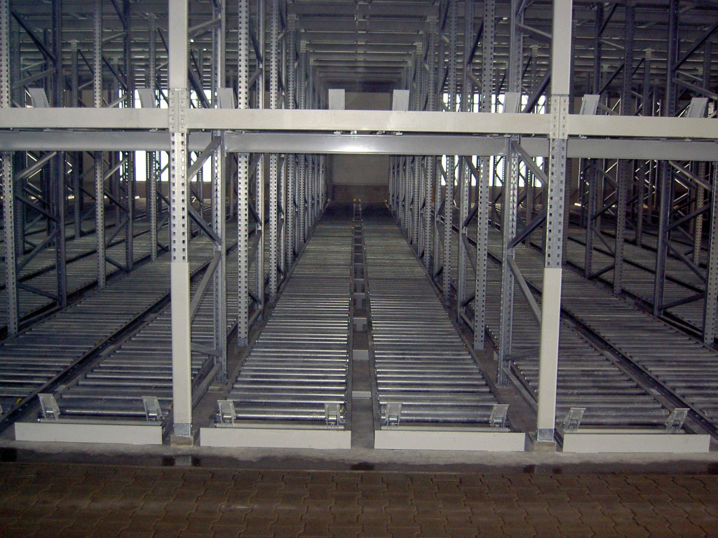 Push-back storage with pallet discharge