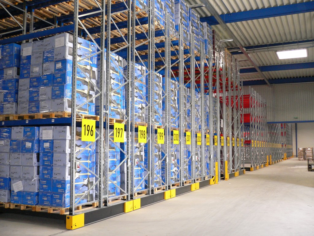 Standard mobile storage systems with pallet racking