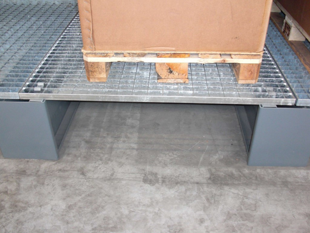 Accessories for cantilever racking, here the grating