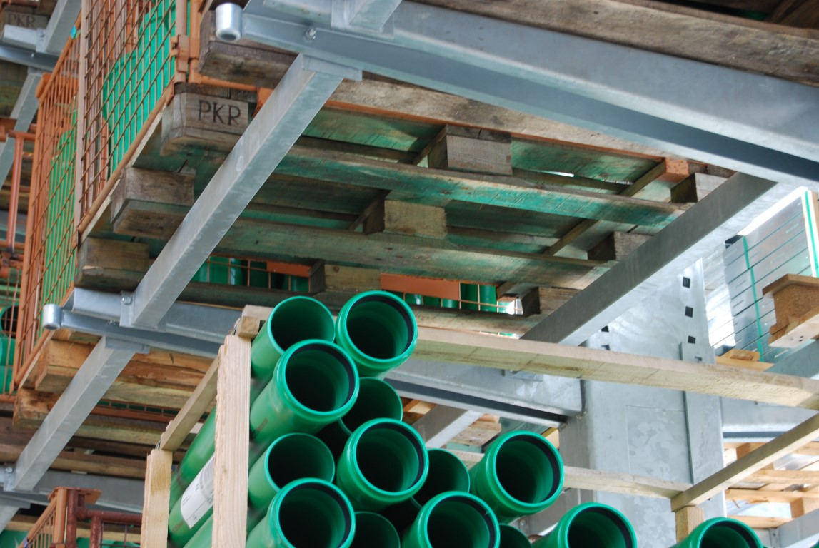 Accessories for cantilever racking, here the crossbeams