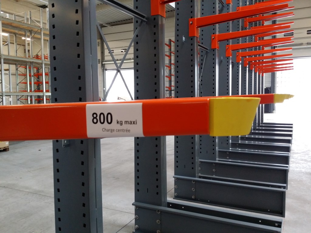 Accessories for cantilever racking, here the edge protection